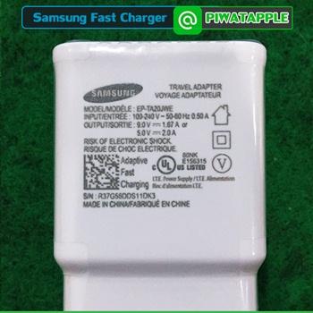 วิธีดู สายชาร์จ Samsung แท้ดูยังไง ตรงส่วนของหัวชาร์จซัมซุงแท้ เพื่อน ๆ จะเห็นการจัดวางในลักษณะแบบนี้ครับ ถ้ามีจุดไหนเพี้ยนมากกว่านี้มากเกินไป ก็ต้องดูให้ดี เพราะว่าตัวนี้เป็นหัวชาร์จซัมซุงของแท้ ที่รองรับระบบชาร์จด่วน หรือ ระบบ Fast Charger ของซัมซุง พร้อมติดเทปใสทับ เพื่อป้องกันลายละเอียดของตัวหนังสือหลุดลอก