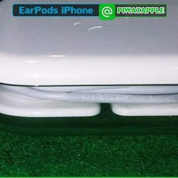 หูฟัง iPhone ของแท้ ดูยังไง เพื่อน ๆ สามารถดู Detail งานสกรีนของหูฟัง iPhone ของแท้ได้ทันทีเมื่อซื้อใหม่ จะมีงานสกรีนตัวเล็ก ๆ ที่หูฟังของ iPhone เท่านั้นที่มี ซึ่งจะเล็กกว่าสายชาร์จ iPhone มาก ๆ ทำให้ต้องเล็งหาดี ๆ หน่อยครับ และวิธีดูหูฟัง iPhone ของแท้นี้ เป็นวิธีที่ดูง่ายที่สุดอีกด้วย